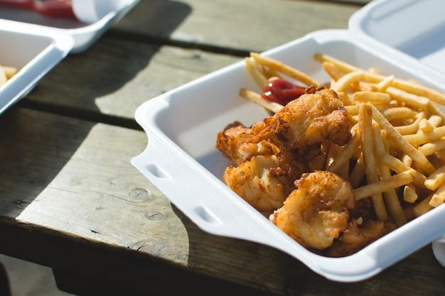 Peixe e batatas fritas levar embora