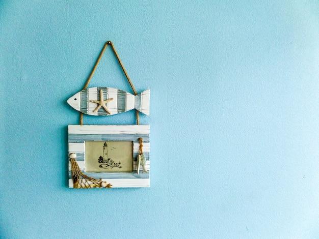 Peixe e foto frame fundo azul
