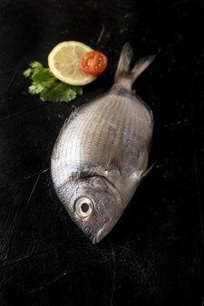 Peixe em ângulo alto com rodela de limão e tomate