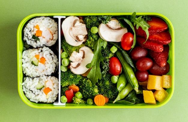 Peixe embalado, vegetais e frutas vista superior