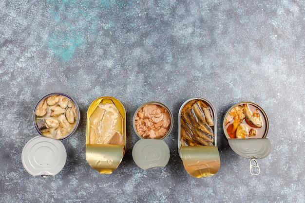 Peixe enlatado em lata: salmão, atum, cavala e espadilha.