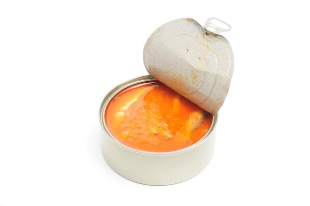 Peixe enlatado em molho de tomate em fundo branco isolado