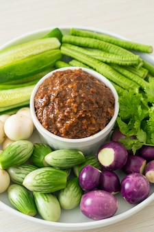 Peixe fermentado pasta de pimenta com legumes frescos - estilo de alimentação saudável