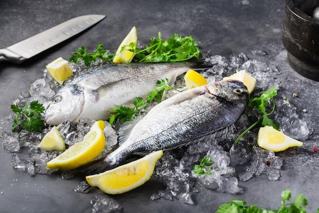 Peixe fresco cru dorado com especiarias, limão, pimenta