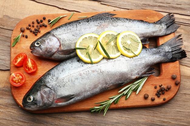 Peixe fresco cru e ingredientes alimentares na mesa
