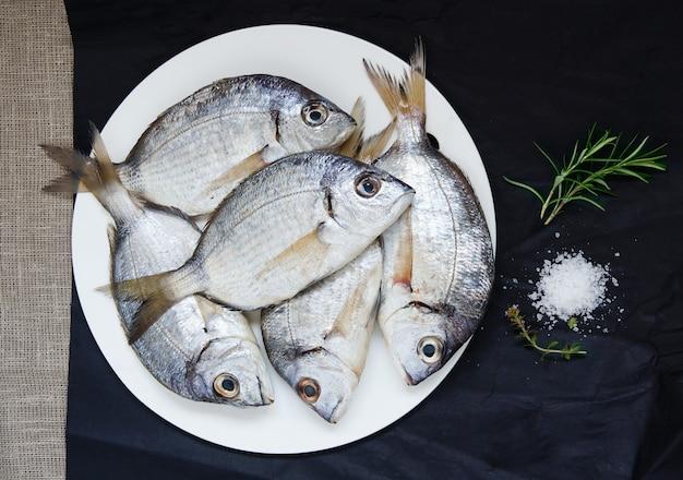 Peixe fresco cru misto para a preparação de sopa, dourada, escorpião, salmonete e groselha. vista do topo