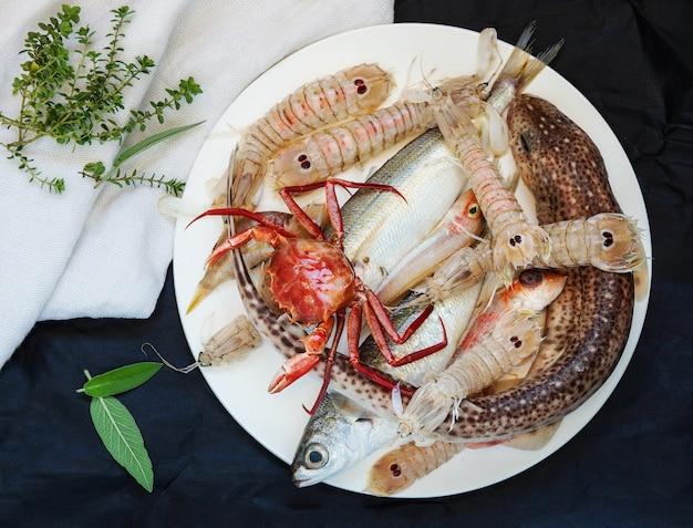Peixe fresco cru misturado para a preparação de sopa