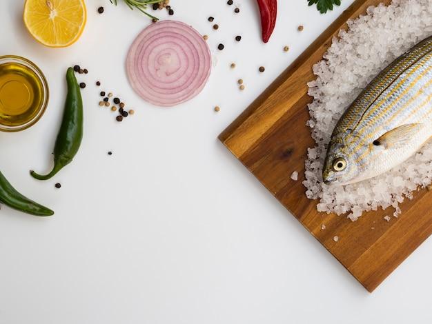 Peixe fresco de alto ângulo em uma placa de madeira