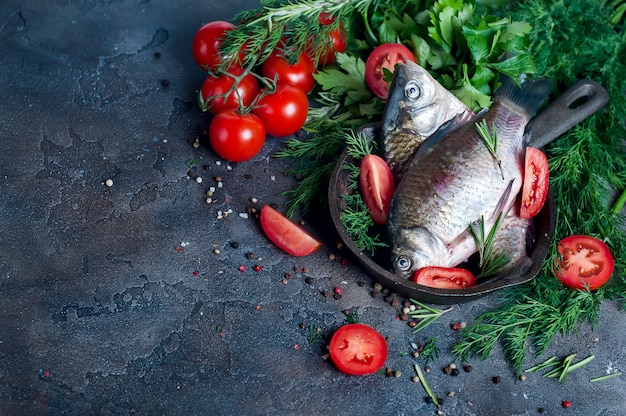 Peixe fresco delicioso no fundo escuro vintage.