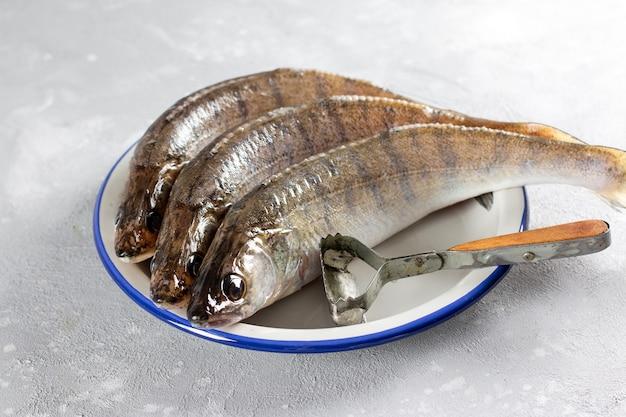 Peixe fresco descascado pronto para cozinhar. pique poleiro fresco em um prato