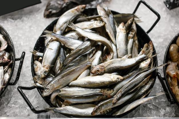 Peixe fresco do mar negro pronto para vender no balcão dos pescadores