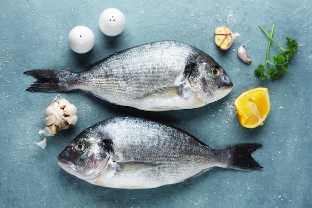 Peixe fresco dorado com ingredientes