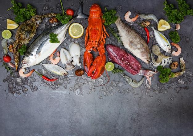 Peixe fresco e frutos do mar em superfície escura