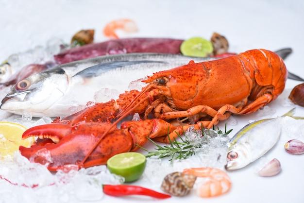 Peixe fresco e frutos do mar no gelo