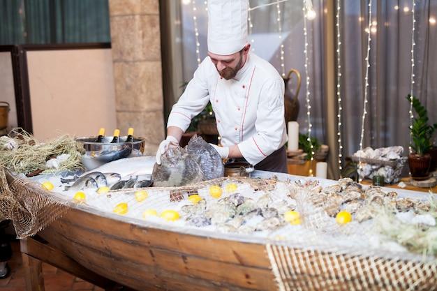 Peixe fresco e ostras no restaurante.