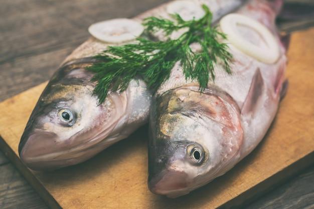 Peixe fresco em uma mesa de madeira
