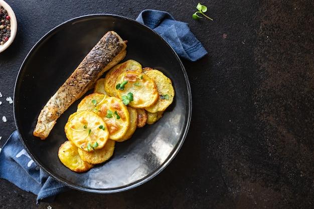 Peixe fresco frito e fatias de batata enfeitam ômega de frutos do mar