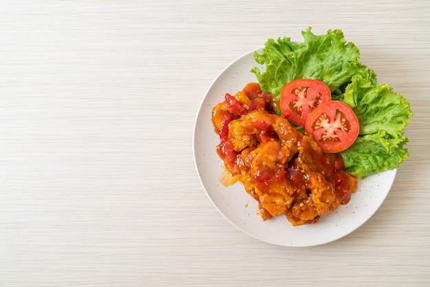 Peixe frito coberto com molho de pimenta de 3 sabores (doce, azedo, picante)