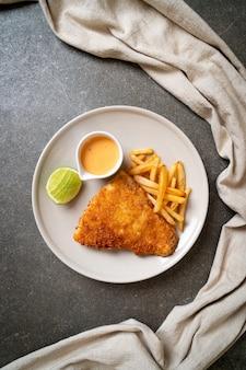 Peixe frito com batatas fritas