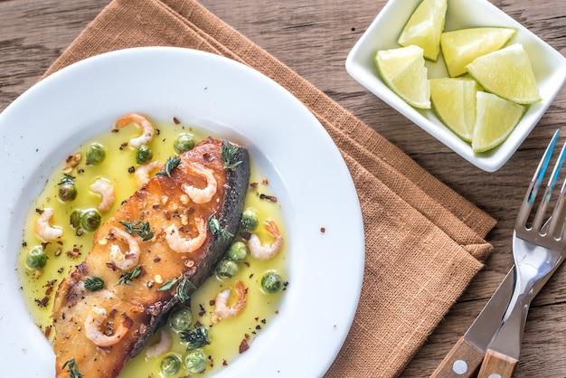 Peixe frito com camarão e ervilhas