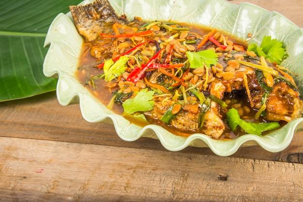 Peixe frito com ervas frescas e molho picante doce