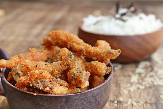 Peixe frito com gergelim branco