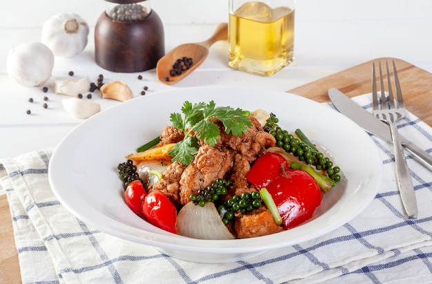 Peixe frito com legumes em molho de pimenta preta