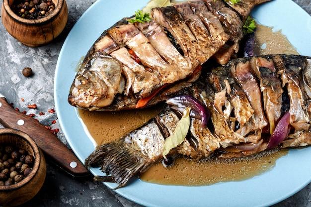 Peixe frito com legumes