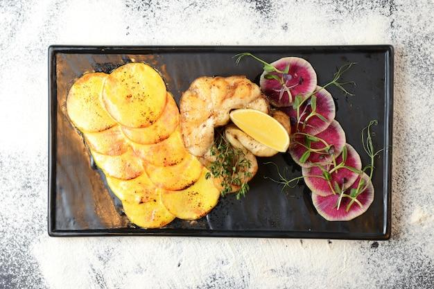 Peixe frito com limão, legumes e alecrim