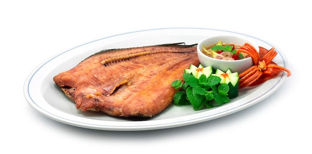 Peixe frito com molho de peixe salada de pimenta e manga peixe snakehead frito