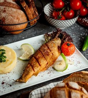 Peixe frito com purê de batatas
