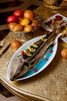 Peixe frito com rodelas de limão