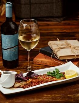 Peixe frito com romã limão e vinho branco