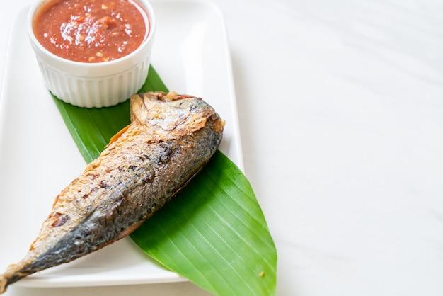 Peixe frito de cavala com molho de pasta de camarão picante