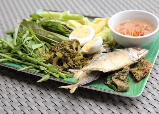Peixe frito de sarda, molho de pimenta e vegetais fritos