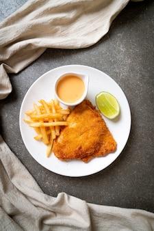 Peixe frito e batatas fritas