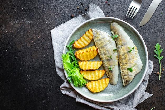 Peixe frito e batatas lúcio peixe peixe fresco frutos do mar alimentos produtos orgânicos refeição lanche cópia espaço