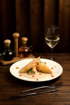 Peixe frito em molho com vinho branco
