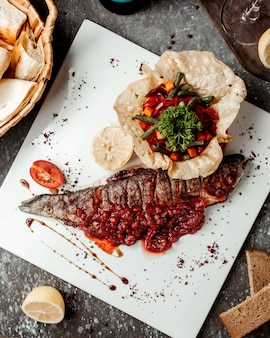 Peixe frito fresco com molho de romã