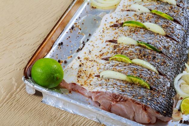 Peixe frito marinado frito com especiarias n filés de limão em óleo com limão
