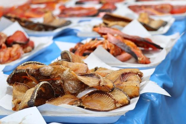 Peixe frito na comida de rua