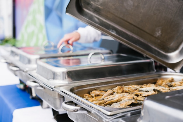 Peixe frito servido na caixa de metal