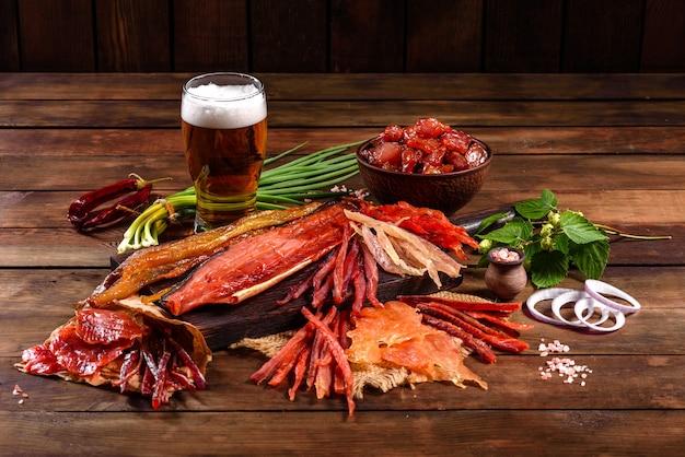 Peixe fumado salgado fatiado com rodelas para o lanche da cerveja. petiscos de peixe seco