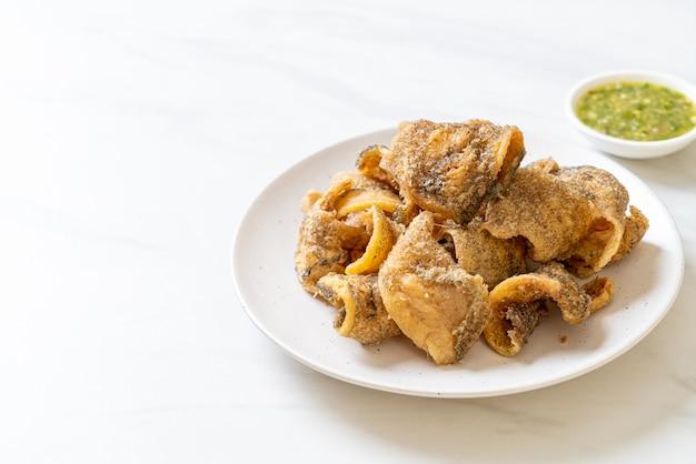 Peixe gourami crocante com molho de frutos do mar picante