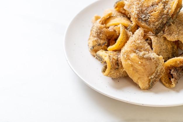 Peixe gourami crocante com molho picante de frutos do mar