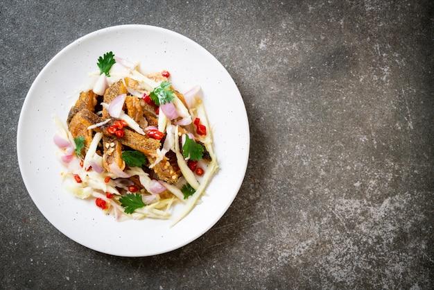 Peixe gourami crocante com salada picante