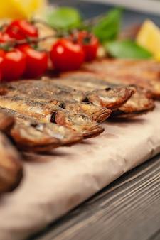 Peixe grelha prato assado inteiro grelhado em um prato com legumes e limão