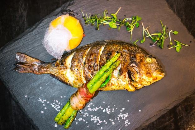 Peixe grelhado close-up decorado com legumes