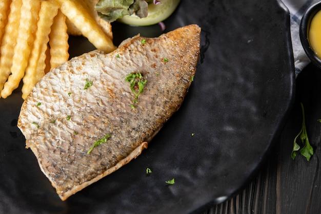 Peixe grelhado com batatas fritas