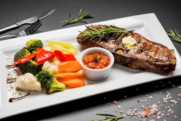 Peixe grelhado com legumes frescos
